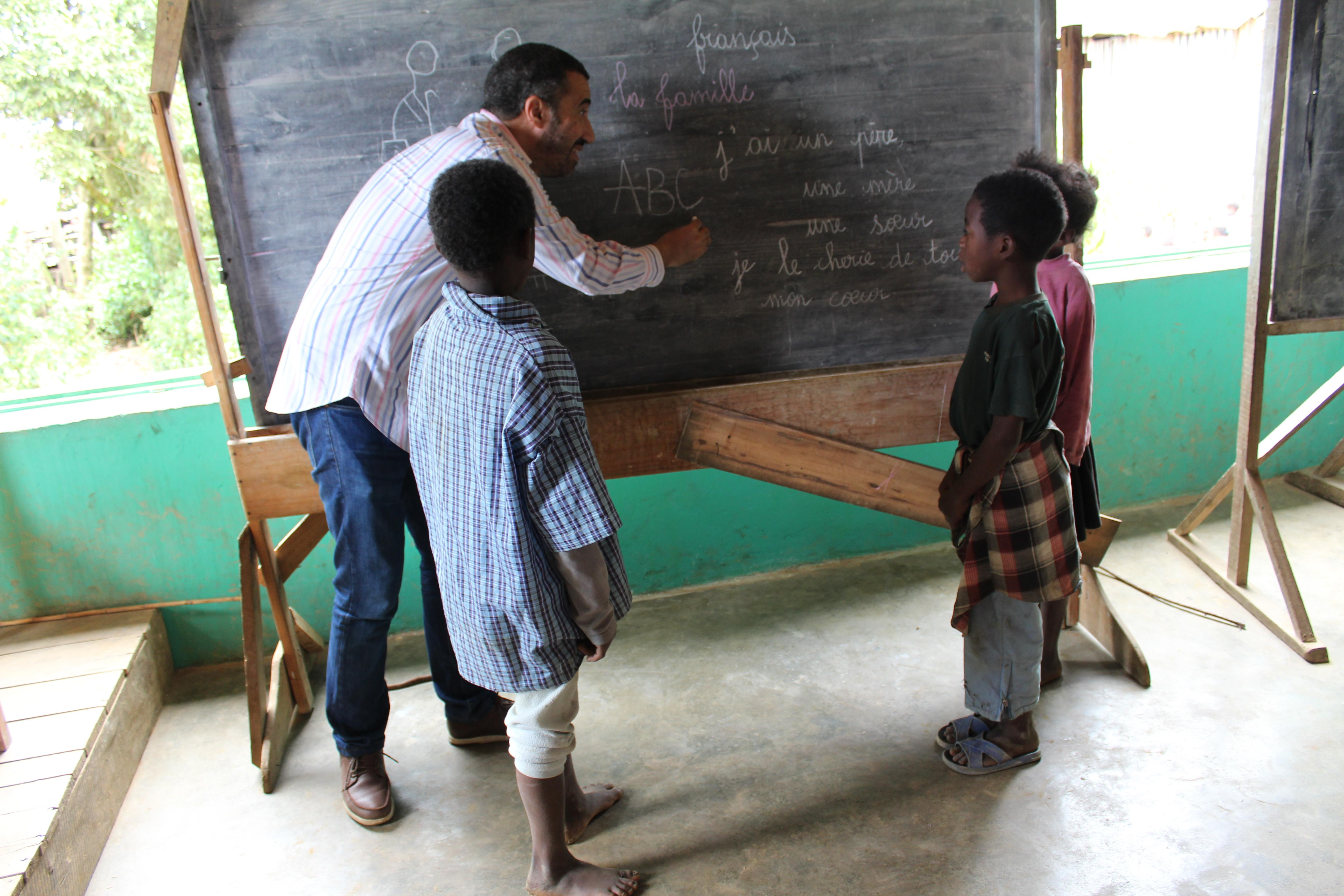 While learning French in Madagascar, students also have the option to volunteer on a Teaching Project and work with children.
